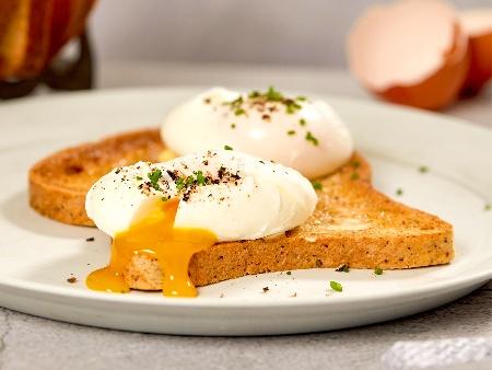 Забулени яйца върху препечени филийки - снимка на рецептата